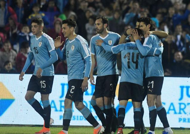 Futbolistas de Uruguay celebran un gol durante un encuentro amistoso