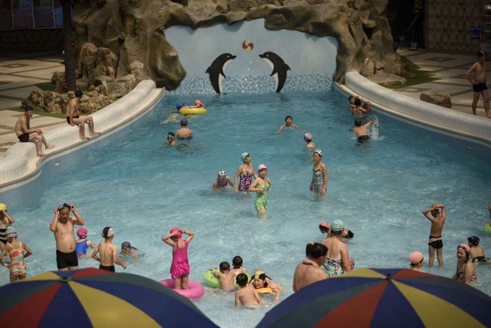 Los visitantes del parque acuático Munsu disfrutan del agua fresca.