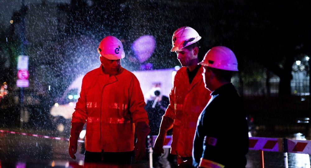 Técnicos de la compañía de electricidad Edenor trabajan para reparar un generador durante un apagón en Buenos Aires (Argentina), el 16 de junio de 2019