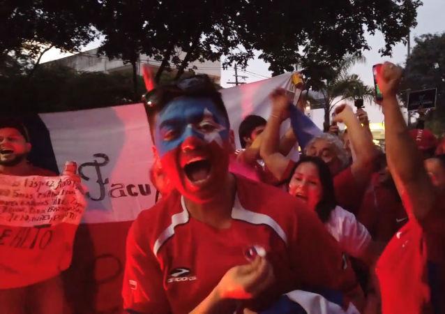 Hinchas chilenos apoyan a su selección con cánticos antes del partido contra Japón