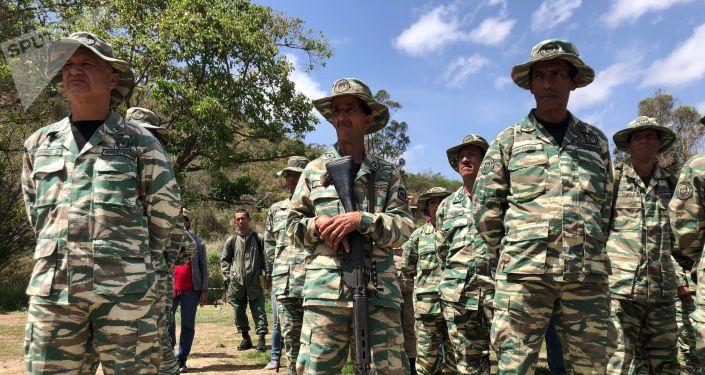 Los milicianos dan apoyo para entrenar a la población civil para estar preparada en caso de guerra