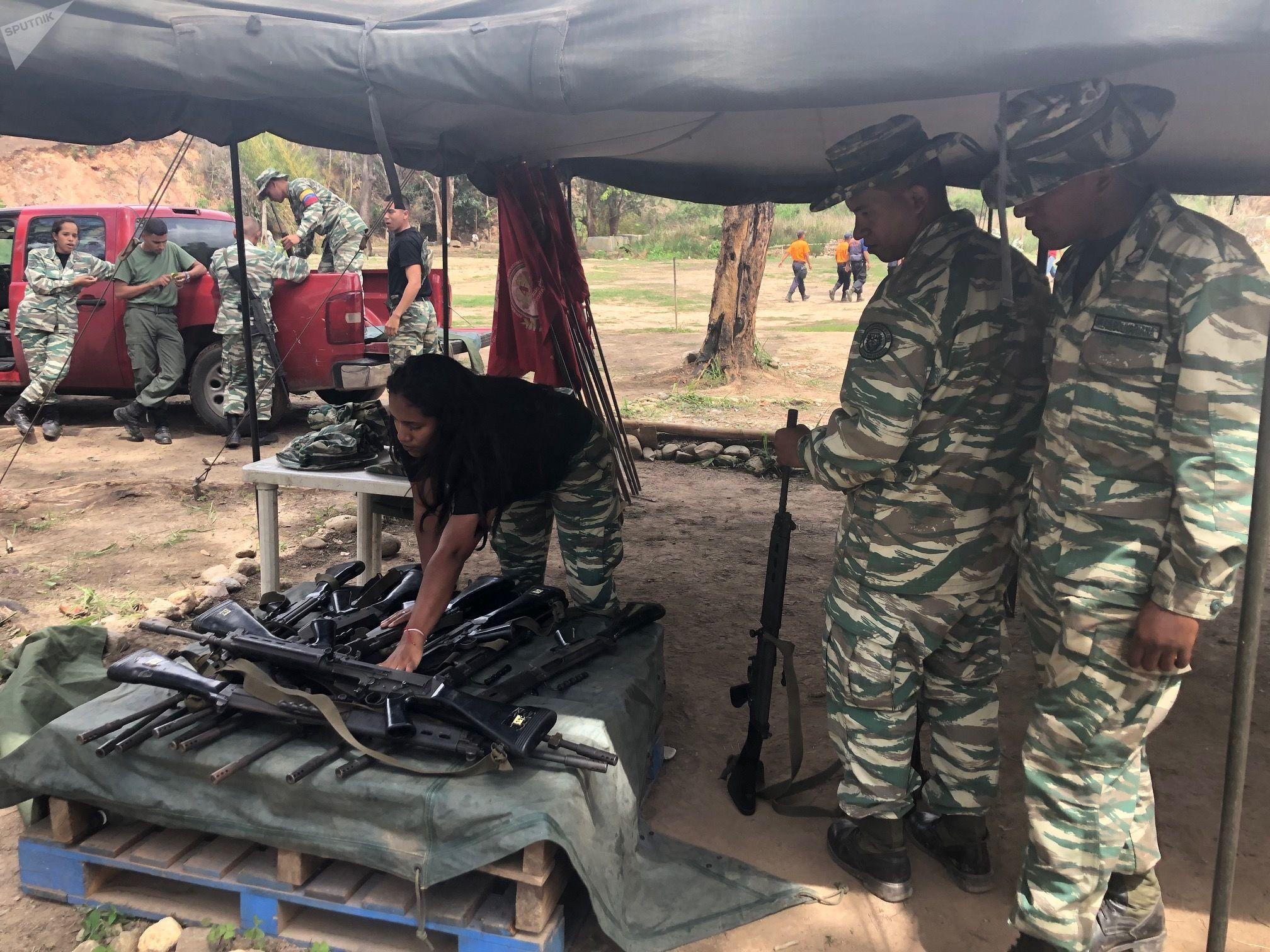 En el Método Táctico de Resistencia Revolucionaria, los civiles aprenden cómo usar armas ligeras