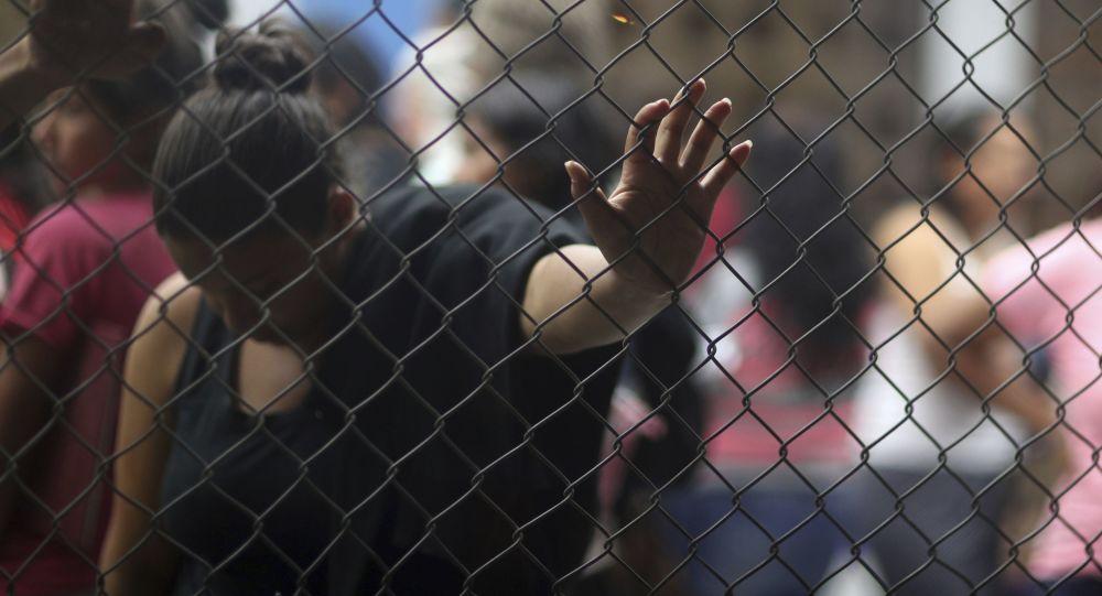 Migrantes venezolanos esperan en el punto de control en la frontera entre Ecuador y Perú