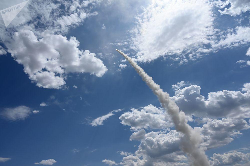 3, 2, 1... ¡Fuego! Los S-300 destruyen blancos enemigos durante unos ejercicios en Astracán