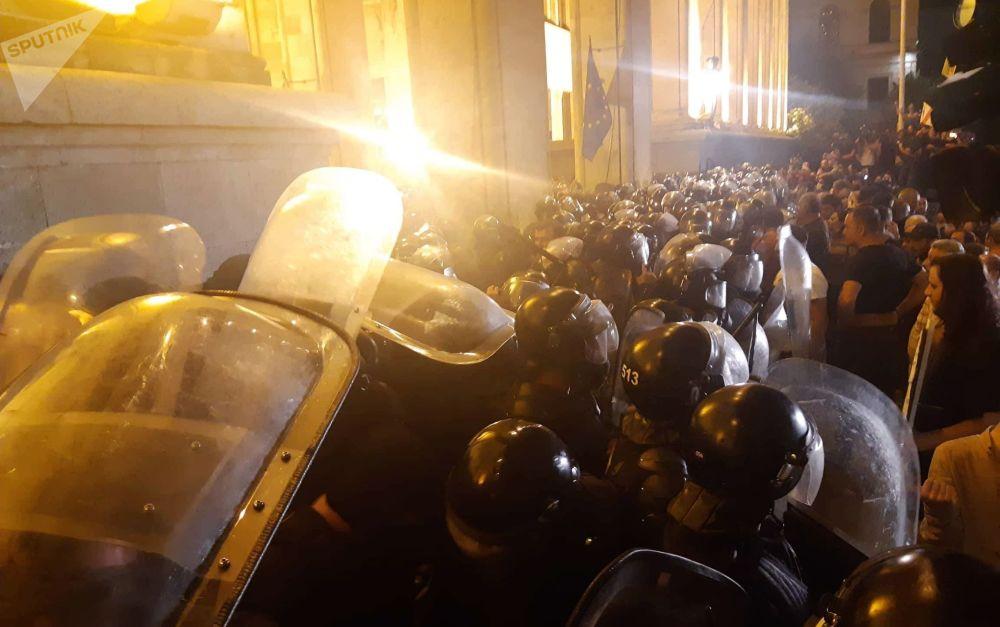 Los georgianos protestan ante su Parlamento