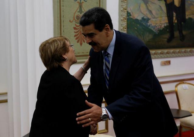 El presidente de Venezuela, Nicolás Maduro, junto a la Alta Comisionada de la ONU para los Derechos Humanos, Michelle Bachelet