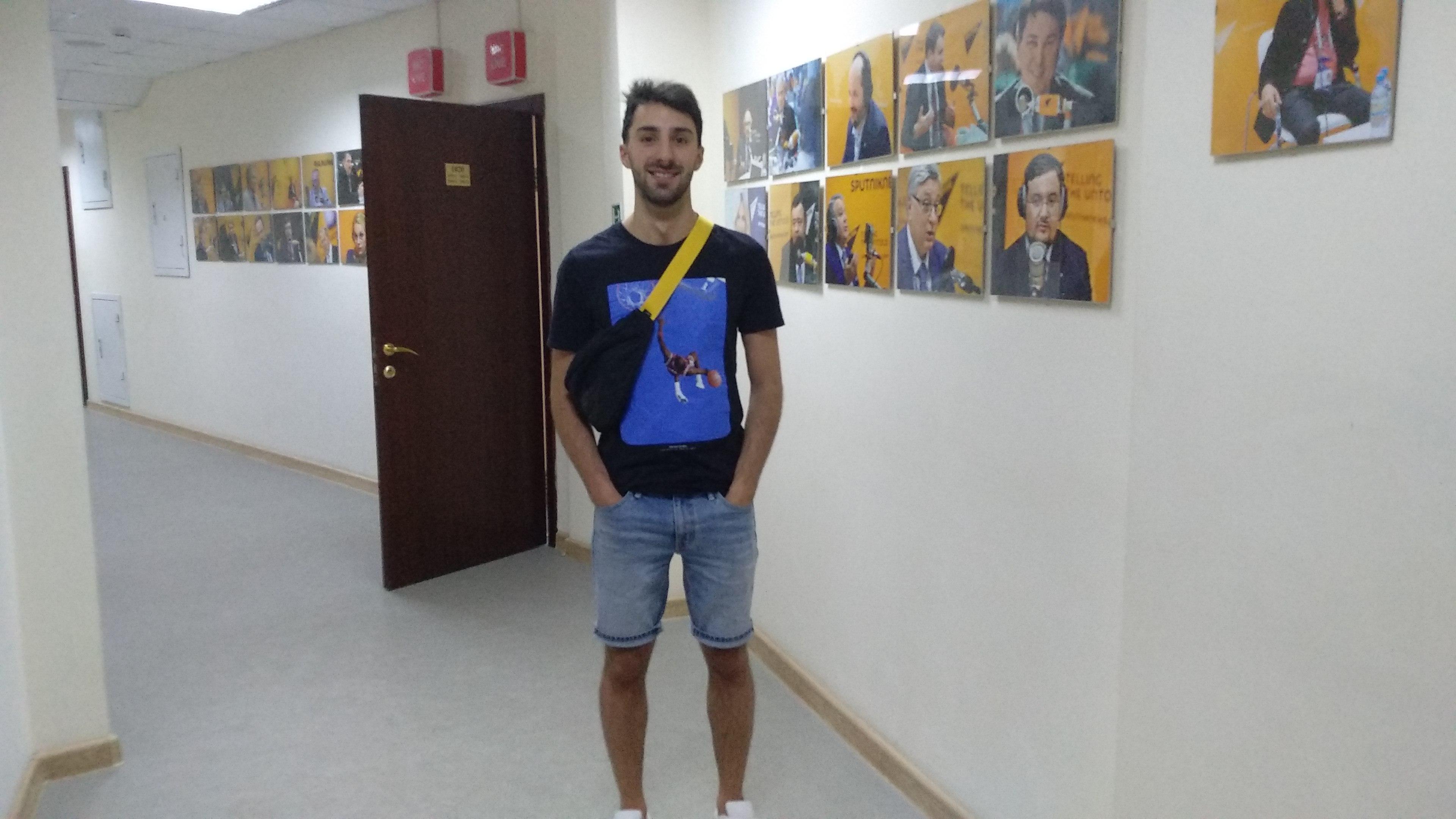 Julián Gogorza en el área de estudios de Radio Sputnik