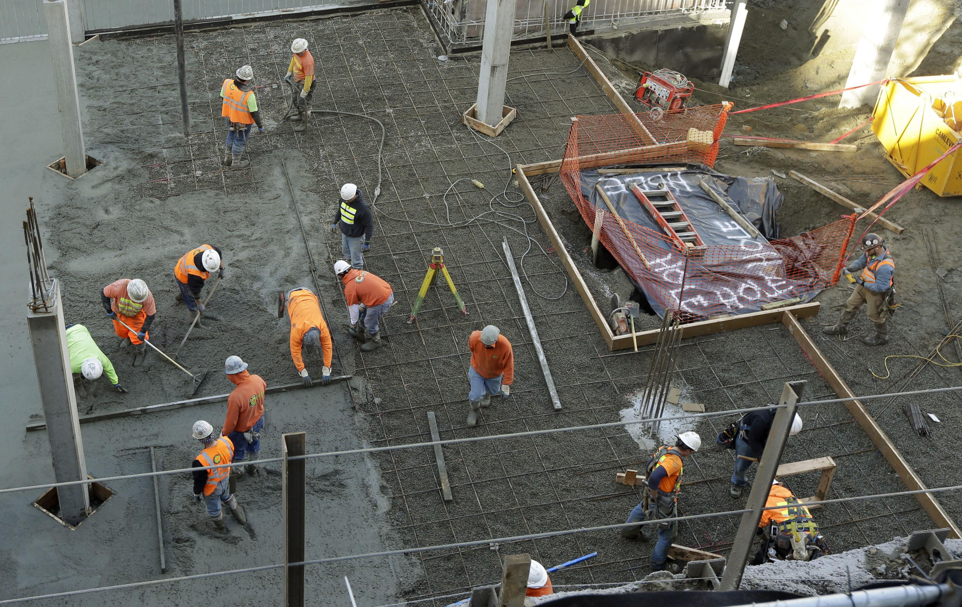 Unos obreros trabajan el cemento en edificio de Seattle (EEUU)