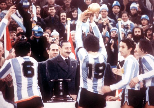 La selección argentina de fútbol celebra el campeonato mundial en 1978 frente al dictador Jorge Rafael Videla