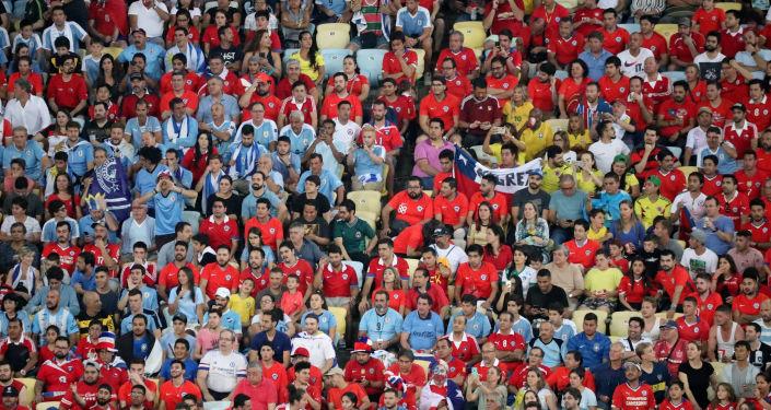 Hinchas uruguayos y chilenos durante un partido de la Copa América