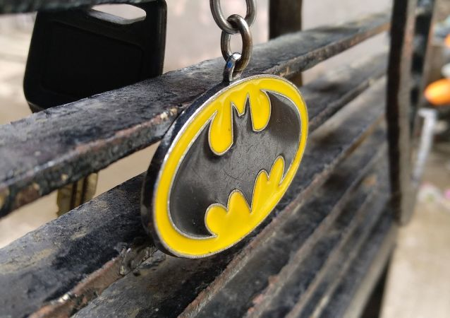 Llavero con el escudo de Batman - imagen referencial
