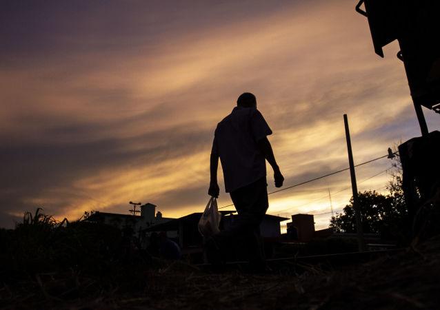 Chiapas, México: Hombre camina sobre las vías del tren 'la Bestia', en la ruta migratoria.