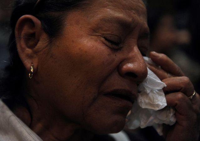 Mujer llora durante una ceremonia conmemorativa de la Masacre de Allende en México (archivo)