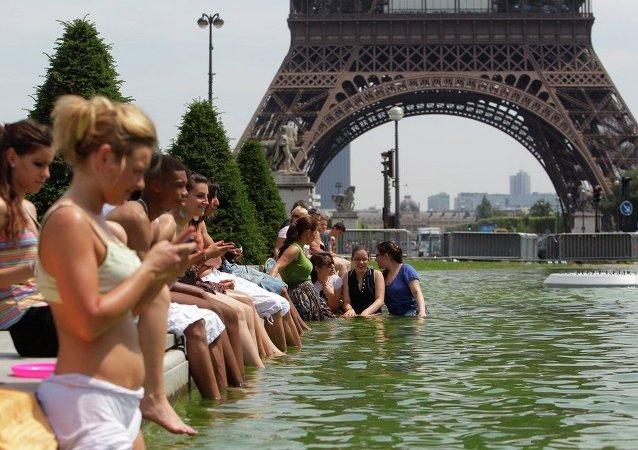 Parisinos se bañas en las fuente de la ciudad para resistor a la ola de calor (archivo)