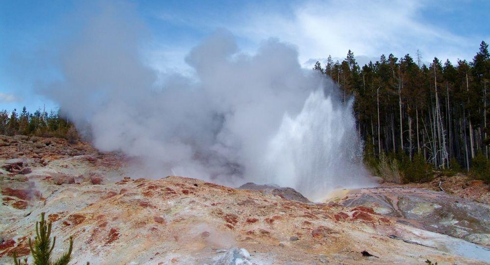 La erupción de géiser Steamboat en el parque nacional de Yellowstone (EEUU)