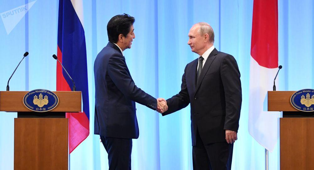El primer ministro de Japón, Shinzo Abe junto al presidente de Rusia, Vladímir Putin en la cumbre G20