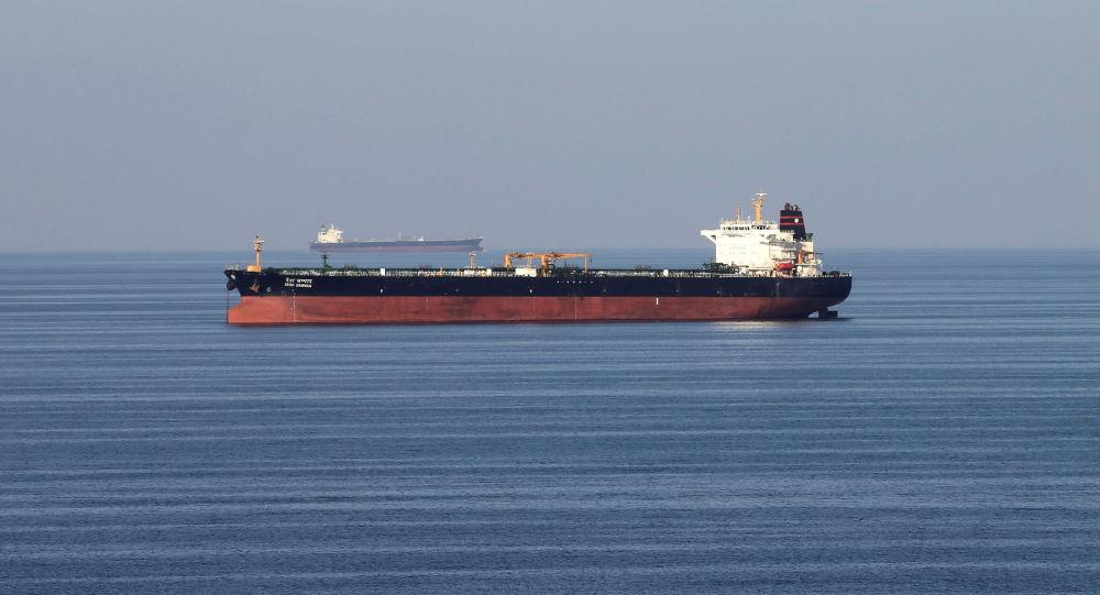 Un buque petrolero pasa a través del estrecho de Ormuz