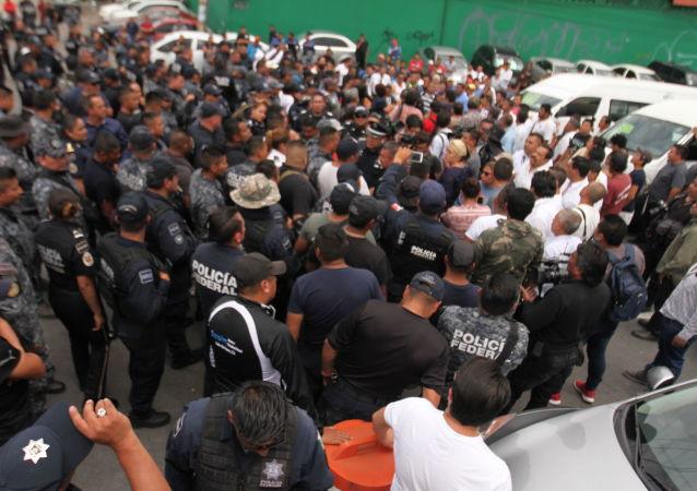 Elementos de la Policía Federal bloquean la carretera México-Pachuca en repudio a la Guardia Nacional