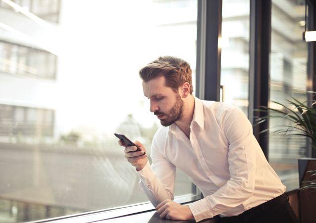 Un hombre con su teléfono móvil