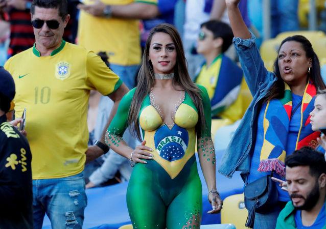 Una hincha brasileña durante el partido entre Brasil y Perú de la fina de la Copa América
