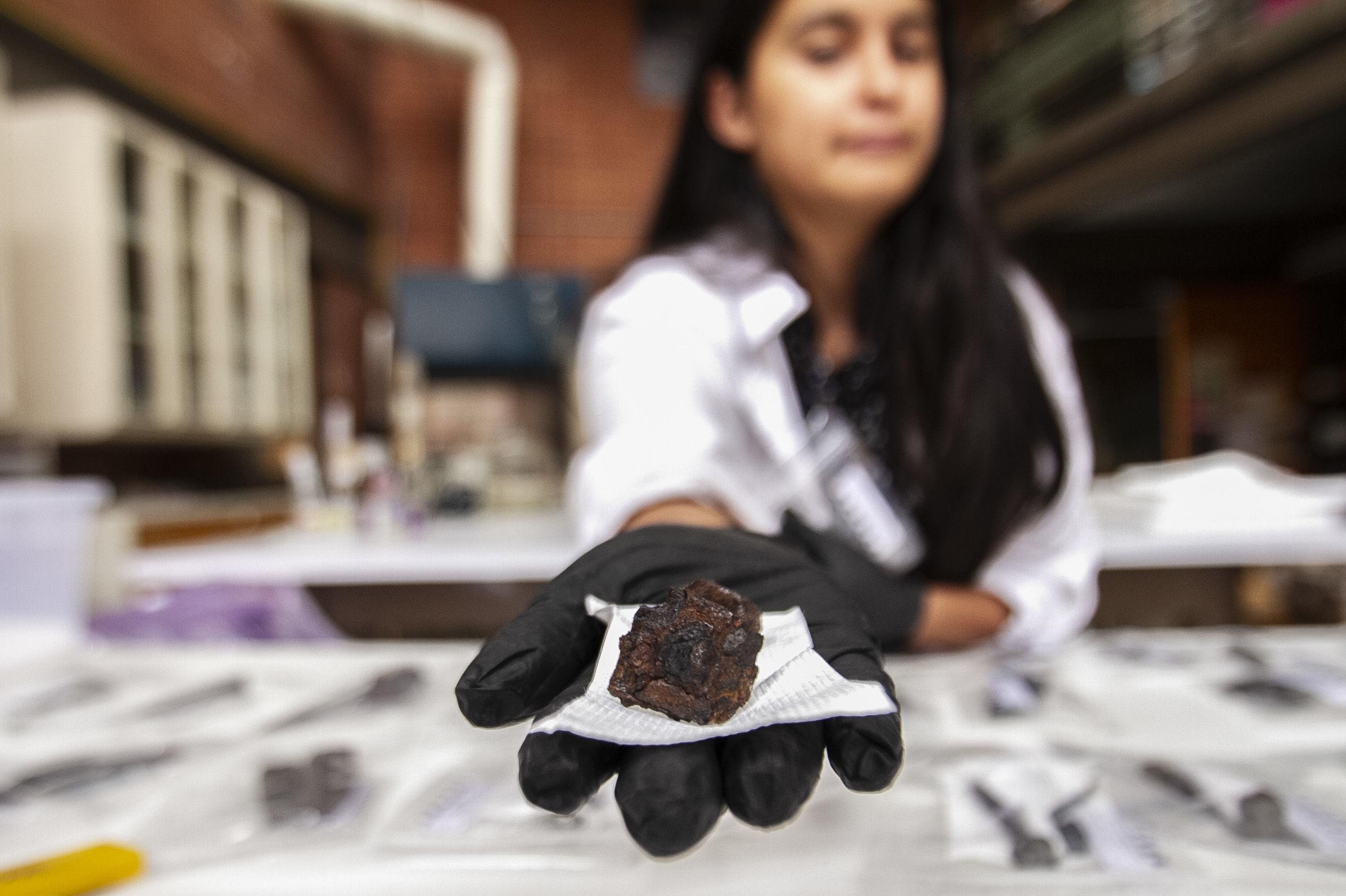 Daniela Lira, profesora del taller de metales muestra una de las primeras piezas de hierro trabajado en América continental