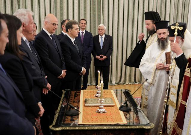 El juramento del nuevo Gobierno griego ante el arzobispo de Atenas