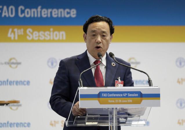 El chino Qu Dongyu dando un discurso en la conferencia en la que fue elegido presidente de la FAO