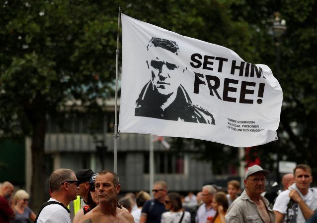 Bandera con la imagen del activista ultranacionalista inglés Tommy Robinson