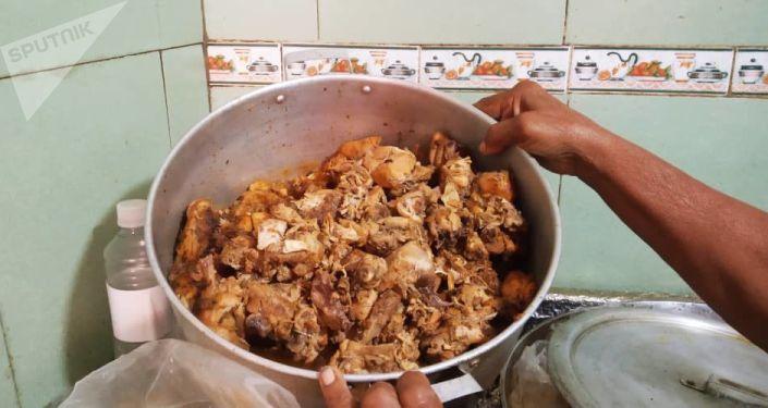 Comida preparada en la casa de alimentación Luchadoras de la Patria, en Caracas, Venezuela
