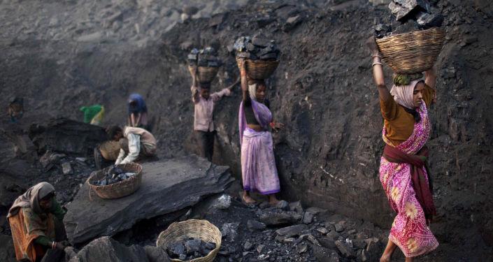 La gente recoge carbón en la India