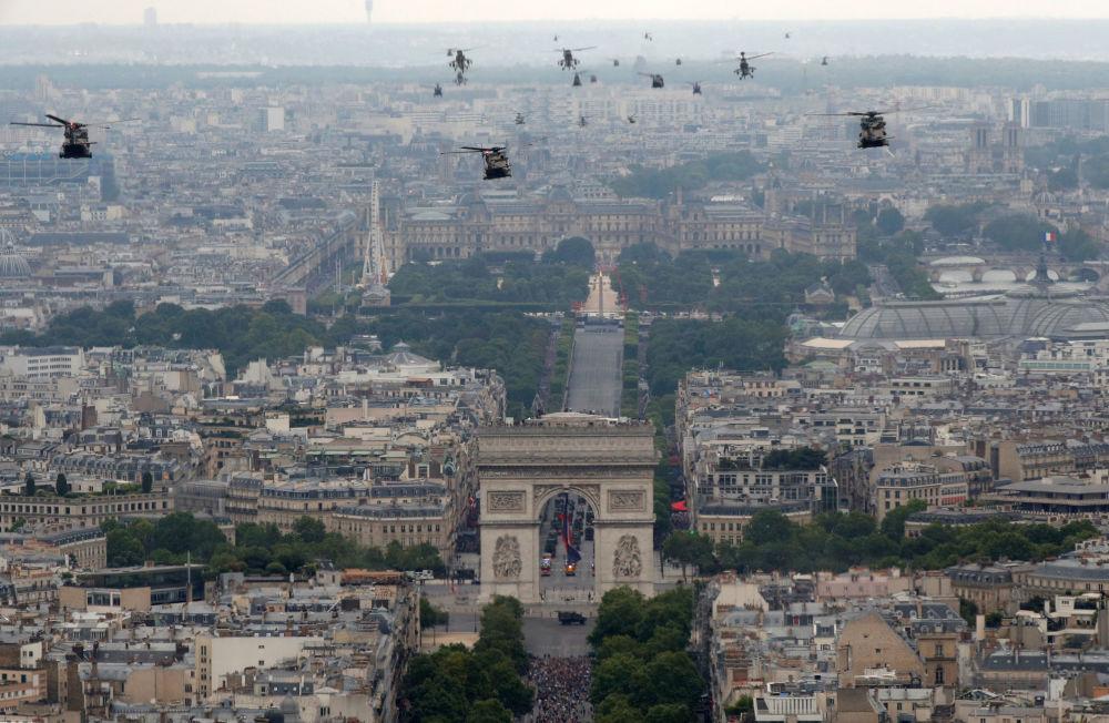 Los 69 aviones y 39 helicópteros abrieron el desfile, al sobrevolar la capital francesa.