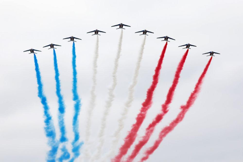 Espectáculo del grupo de las acrobacias aéreas Patrouille de France.