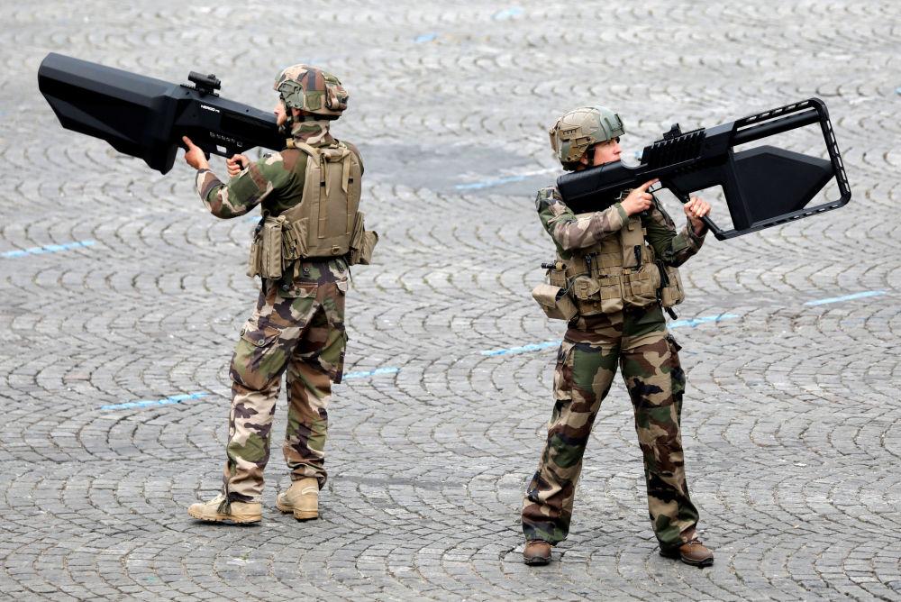 Los soldados franceses con los fusiles antidrones DroneGun Tactical en el desfile militar en los Campos Elíseos de París.