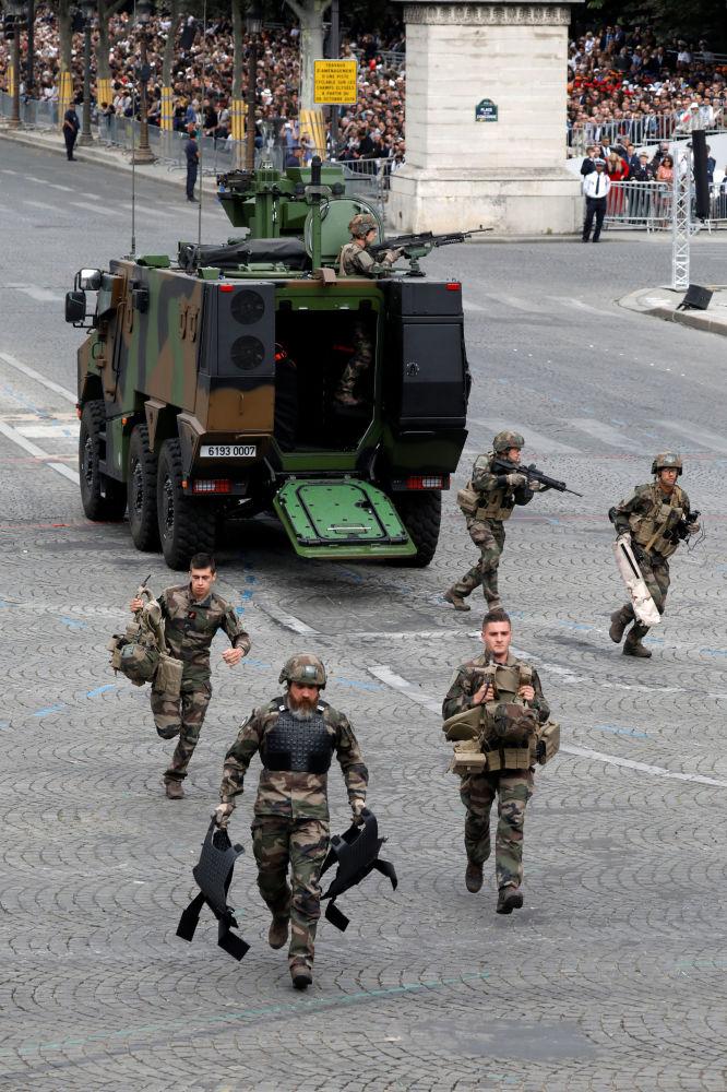 Soldados franceses realizan ejercicios militares durante el desfile militar con motivo del Día de la Bastilla en los Campos Elíseos de París.