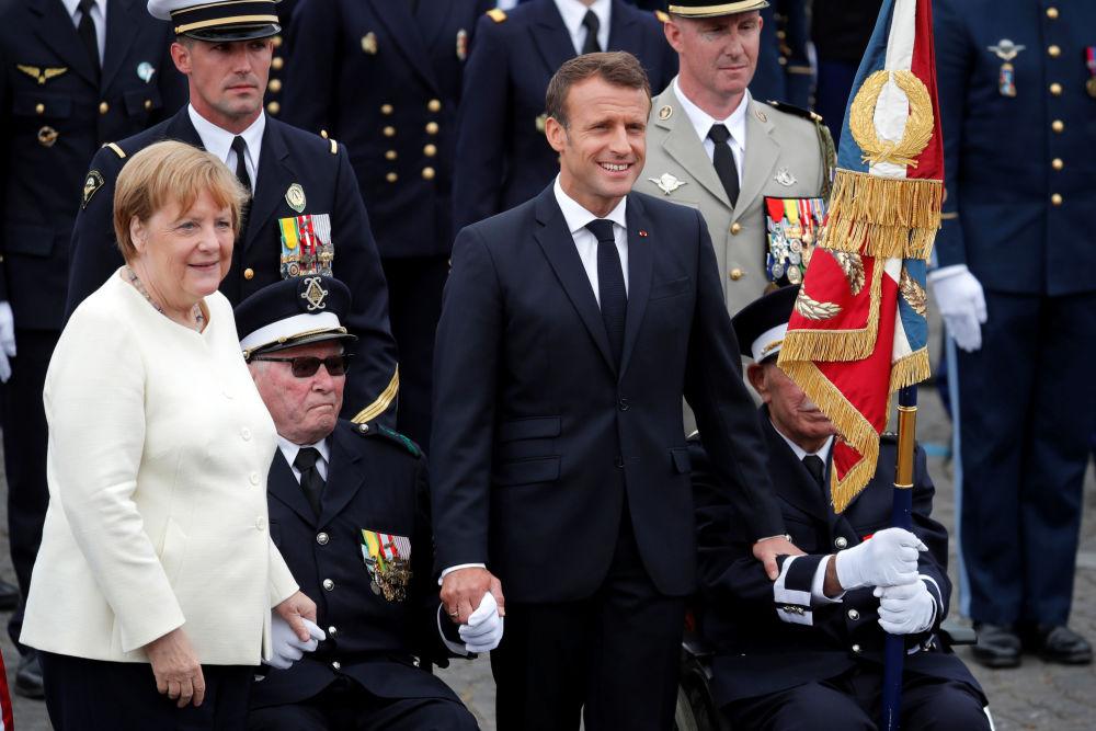 La canciller alemana Angela Merkel presenció el desfile. Veo este desfile como un gesto importante en la política de defensa europea. Y, por supuesto, es un gran honor para nosotros que los alemanes hayan participado en él. En mi opinión, demuestra que la cooperación europea se está fortaleciendo, dijo.