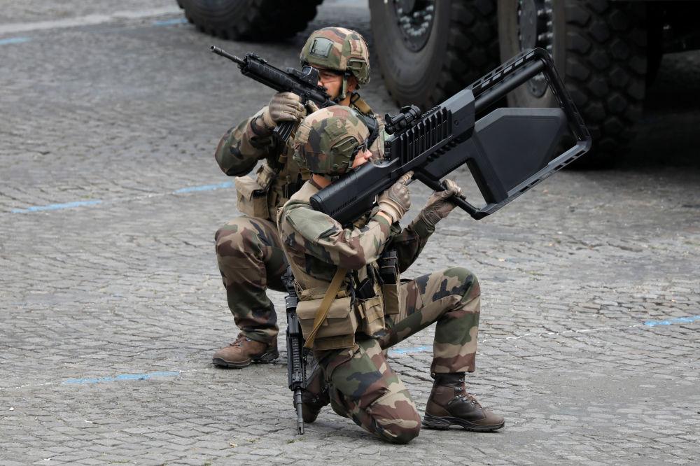 Soldados franceses realizan ejercicios durante el desfile militar con motivo del Día de la Bastilla en los Campos Elíseos de París.