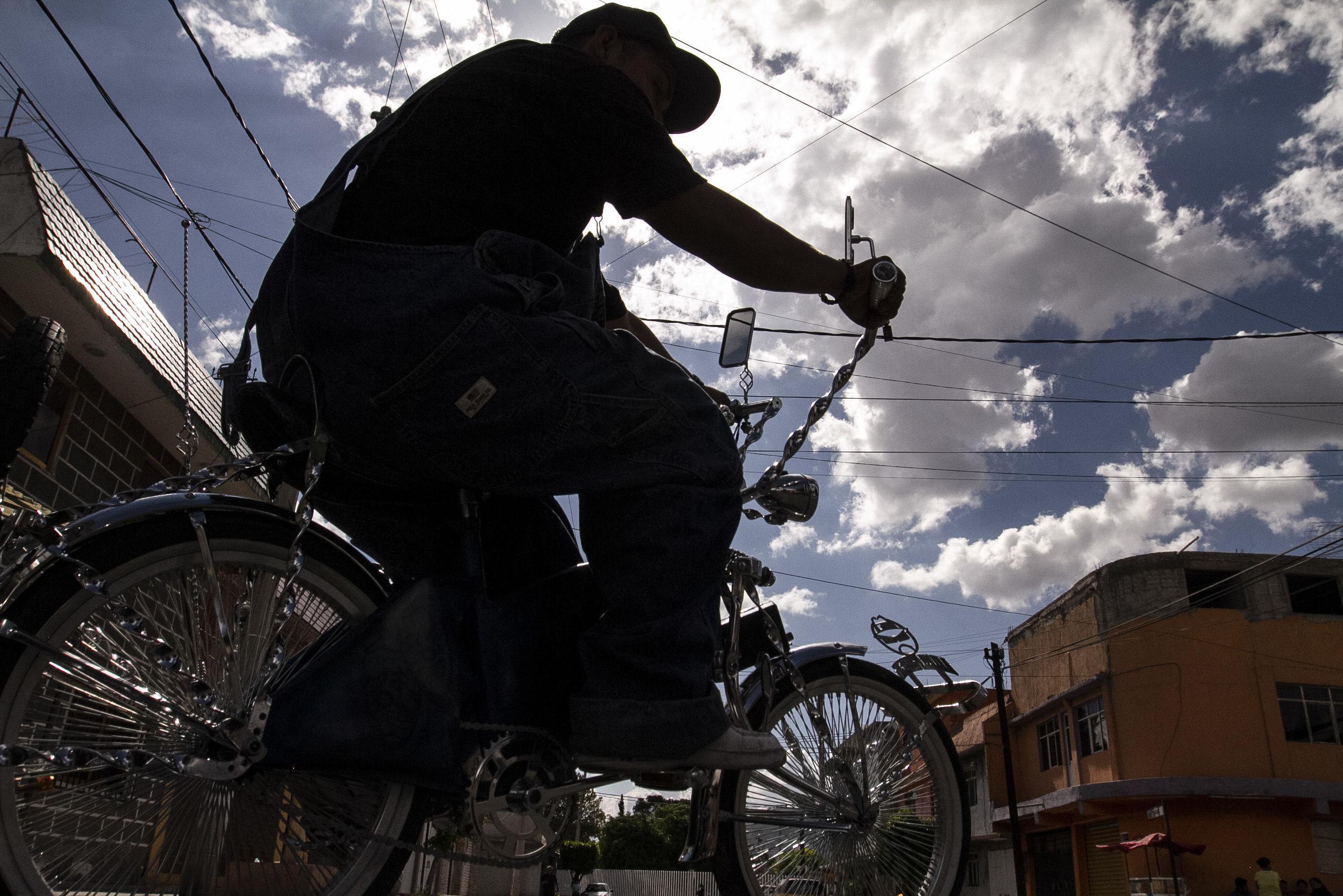 Uriel, miembro de 'Chilangos Low Bike' en su bicicleta
