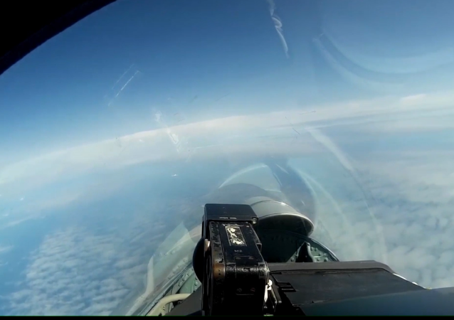 El Ministerio de Defensa de Rusia publicó cómo dos bombarderos estratégicos Tu-160 surcan lo cielos sobre el mar Báltico.