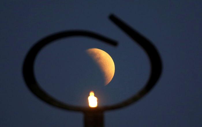 Las fotos del eclipse lunar parcial a lo largo del mundo