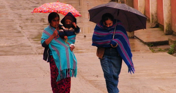 Mujeres con bufandas de rebozo (imagen referencial)