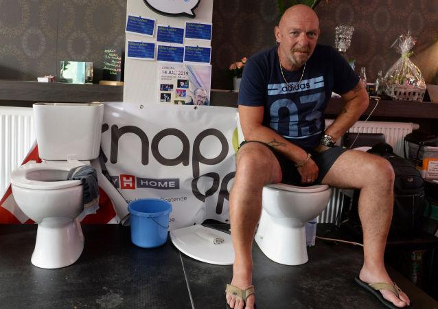 El belga Jimmy de Frenne intenta establecer el récord de más horas sentado en un inodoro
