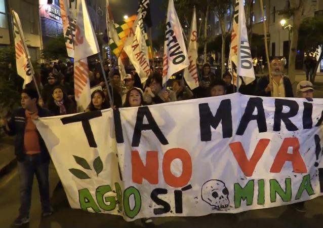 Cientos protestan en Perú contra la construcción de la mina 'Tía María'