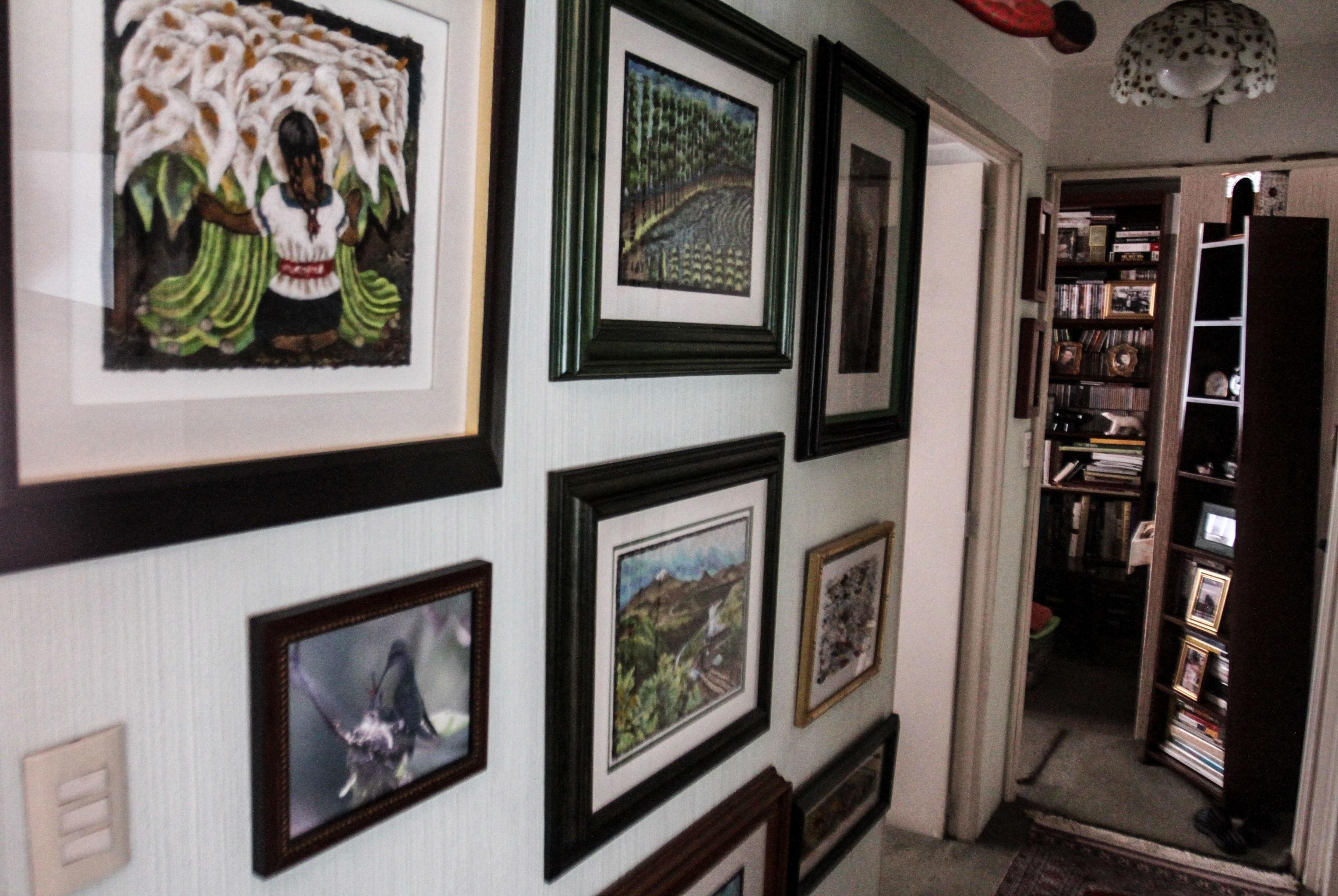 Casa de María Olvido Moreno y algunos cuadros de su colección, elaborados por amantecas