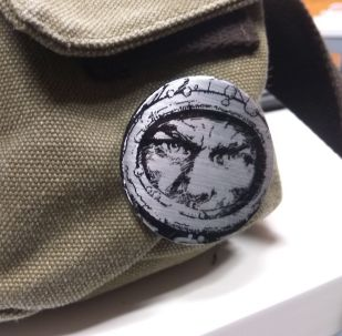 Un pin del protagonista de 'El eternauta' en una mochila, en la actualidad