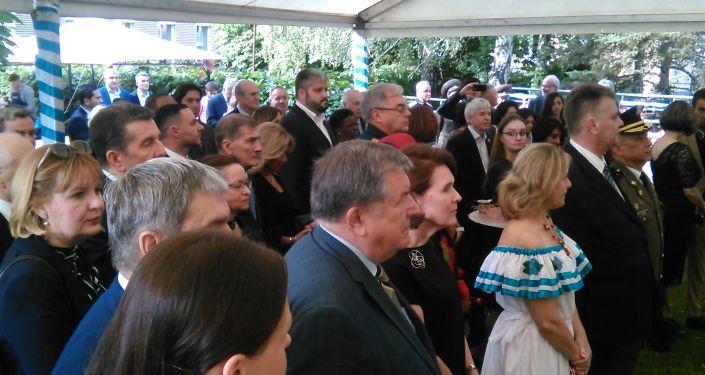 Huéspedes de la celebracion en la Embajada de Nicaragua