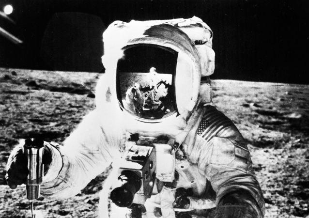 Un astronauta estadounidense en la superficie de la Luna