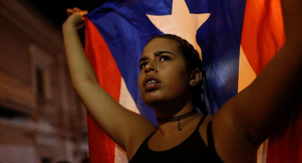 Una joven con la bandera de Puerto Rico