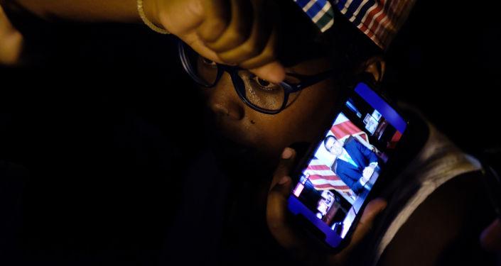 Los puertorriqueños escuchan la renuncia del gobernador Ricardo Rosselló
