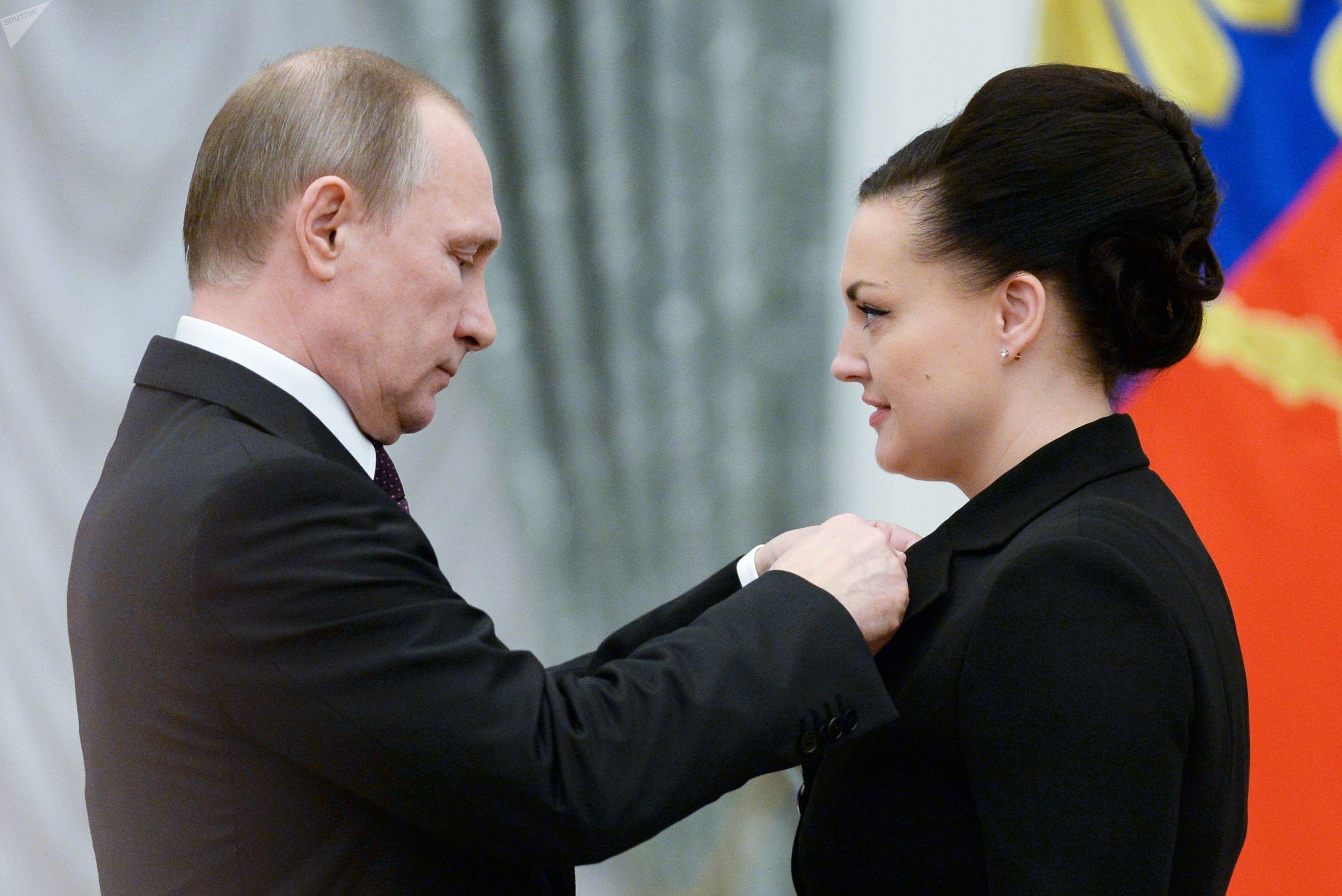 El presidente de Rusia, Vladímir Putin, entrega la medalla de Héroe de Rusia a la cosmonauta Elena Serova