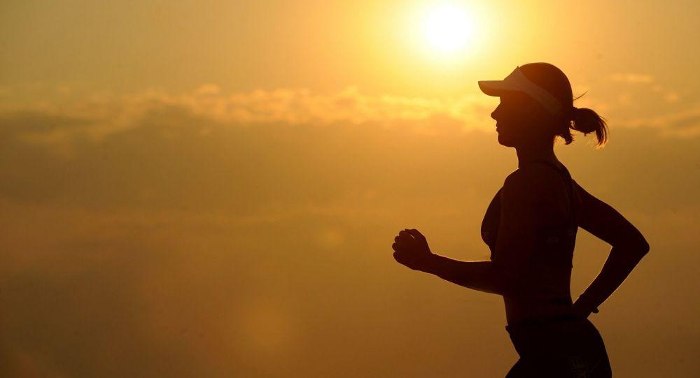 Una chica corriendo